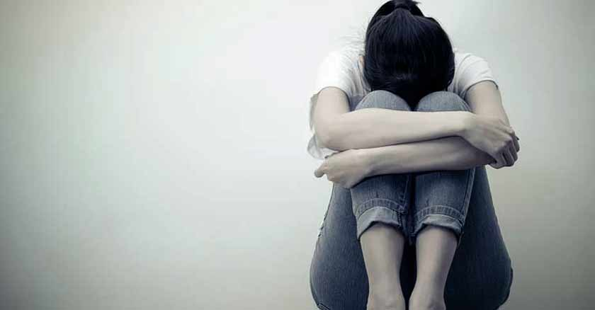mujer sentada triste forma de abuso matrimonio
