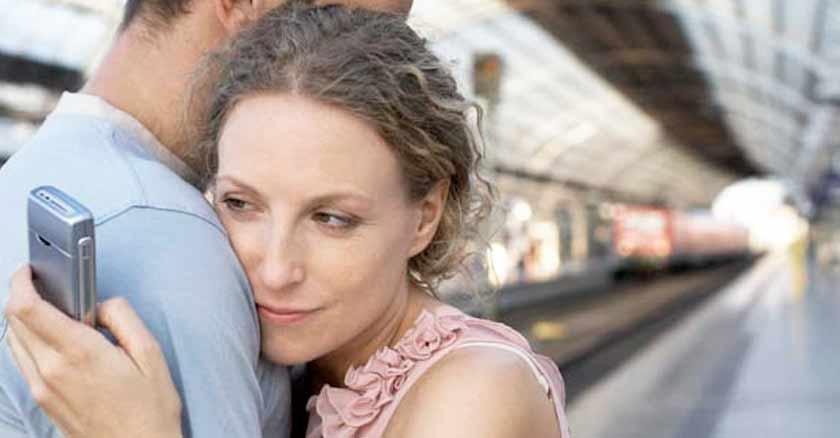 mujer viendo celular esposo senales aventura emocional