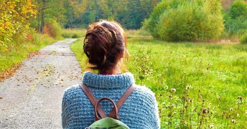 mujer viendo el camino del bosque carta mujeres solteras esperando
