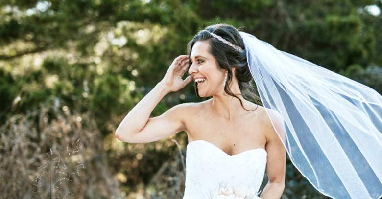 novia feliz mirada de lado matrimonio traje velo