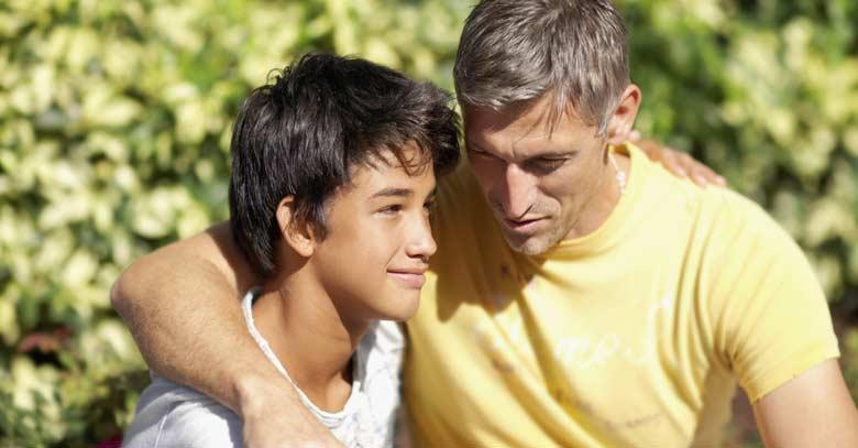 padre hablando hijo abrazo