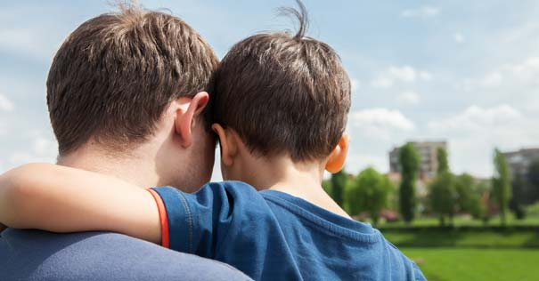 padre hijo abrazo hablando espaldas
