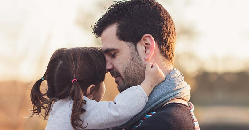 papa con su hija momento tierno ocaso de fondo