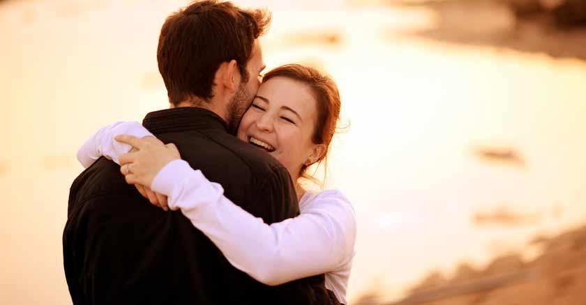 pareja abrazada feliz formas mejorar tu matrimonio