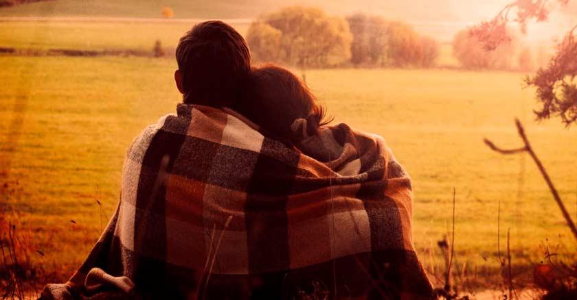 pareja-de-esposos-abrazados-arropados-con-una-manta-mirando-montanas-llanos.jpg
