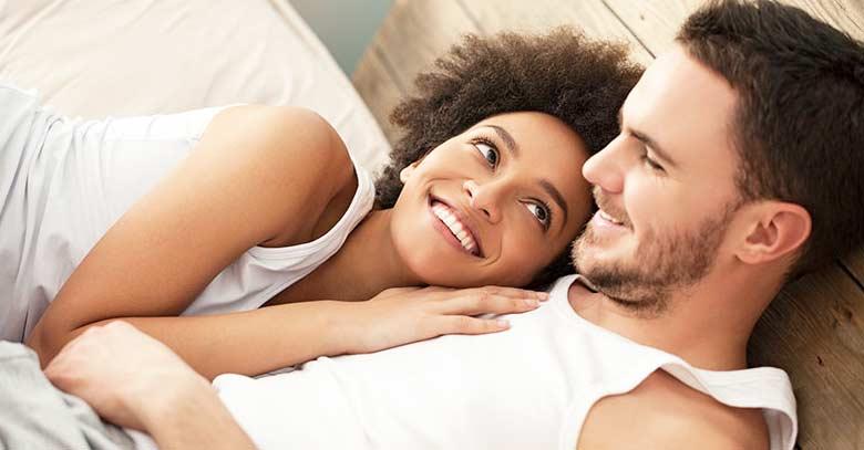 pareja de esposos abrazados felices acostados