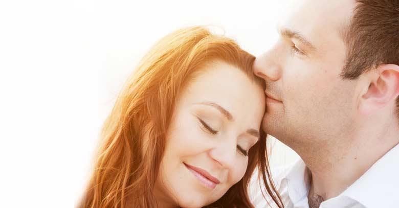 pareja de esposos felices sonriendo mujer recostada de su esposo