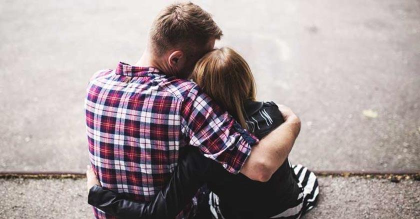 pareja de esposos juntos abrazados consolandose dando apoyo mutuo dia