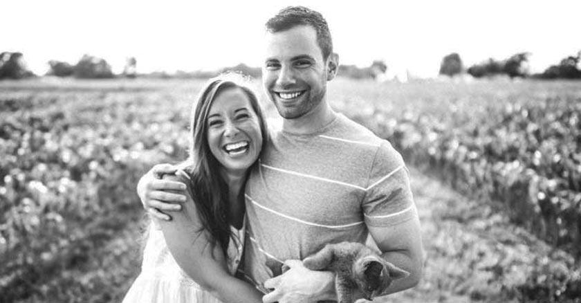 pareja de esposos juntos abrazados riendo gran sonrisa dia