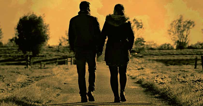 pareja de esposos juntos caminando atardecer recargar tu matrimonio
