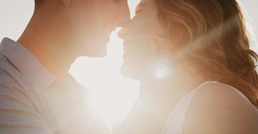 pareja de esposos muy felices unidos por sus rostros sonriendo luz brillante de fondo