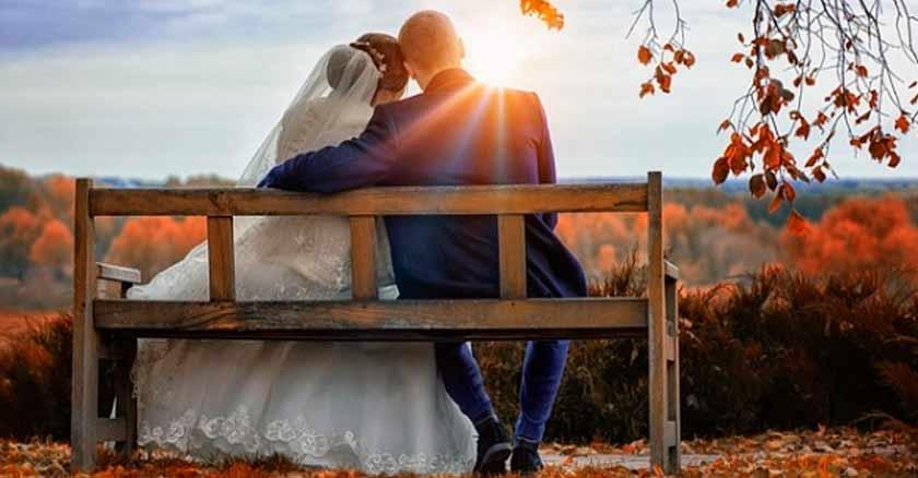 pareja-de-esposos-sentados-banca-matrimonios-con-fe-son-felices.jpg