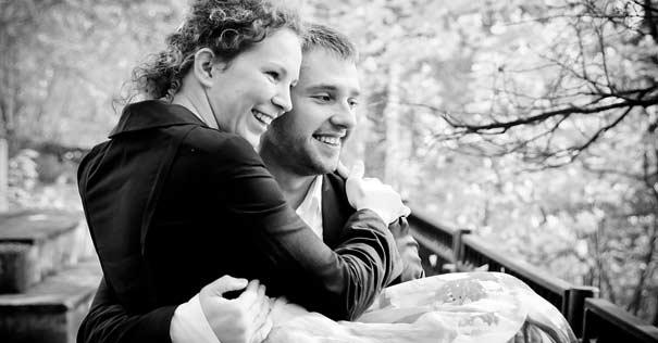 pareja esposos matrimonio feliz hombre carga mujer