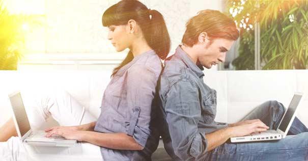 pareja matrimonio ocupados multitarea