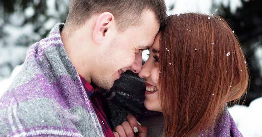 parejade esposos soriendo viendose muy de cerca rostro dia