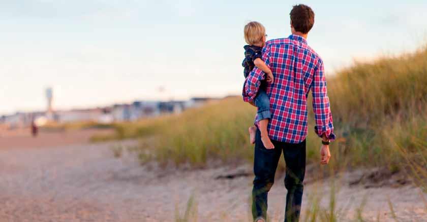 poder-de-la-imitacion-arma-secreta-para-educar-los-hijos-papa-con-su-hijo-en-playa.jpg