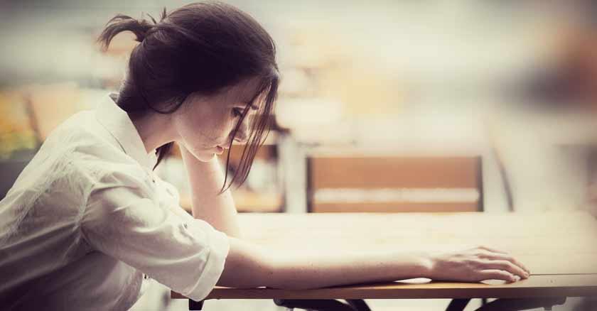 sintomas-de-la-depresion-sintomas-fisicos-emocionales-mujer-con-depresion-sentada-triste.jpg