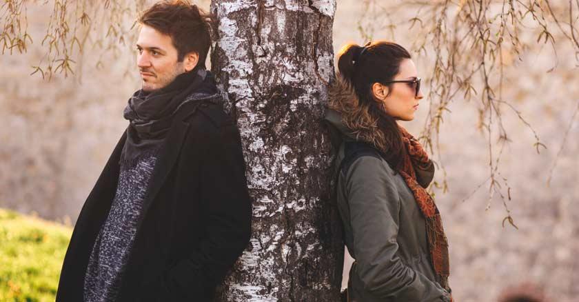situaciones de conflictos matrimonio pareja enojada en arbol parque