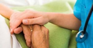 enfermera tomando de la mano a un paciente enfermo hospital