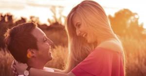 esposos felices contentos viendose y riendo el uno al otro fondo campo