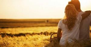esposos juntos mirando el atardecer en el campo