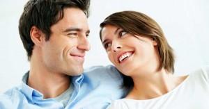 esposos juntos soriendo felices viendose al rostro dia