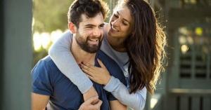 esposos juntos y felices en su matrimonio esposa abraza a su esposo