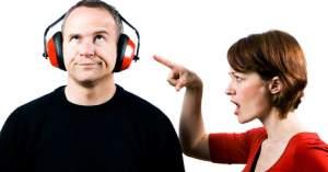 hombre no escuchando a su esposa en discusion matrimonio