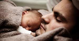 hombre papa padre durmiendo con su hijo bebe en su pecho
