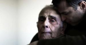 hombre triste abrazando a su padre anciano