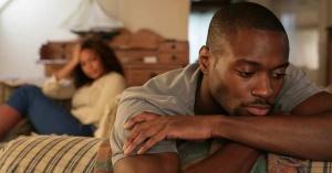 hombre triste mujer distancia matrimonio
