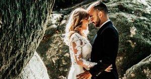 matrimonio esposo y esposa abrazados  boda cuatro cosas presentes