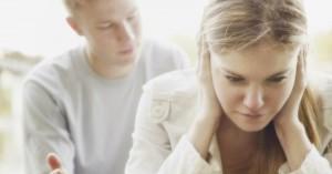 mujer tapandose los oidos no quiere escuchar a su esposo matrimonio crisis