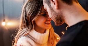pareja feliz de esposos matrimonio uniendo sus rostros