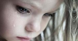 rostro de un nino llorando lagrima por su mejilla