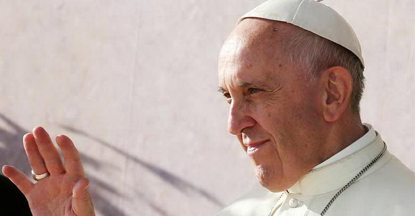 papa francisco alza su mano para saludar