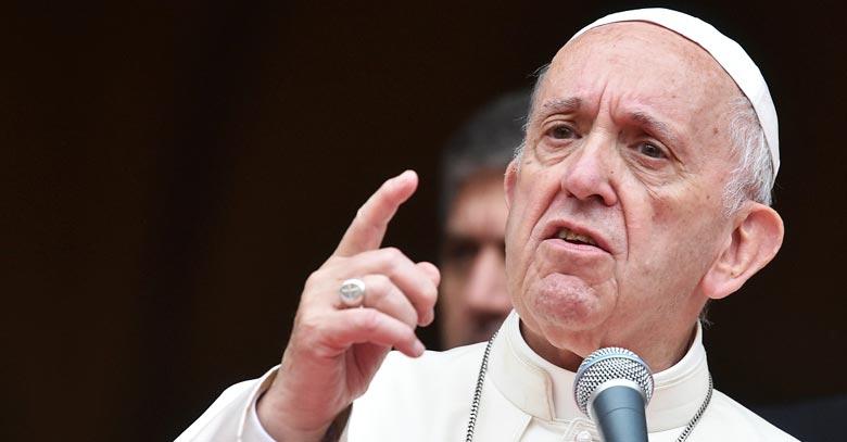 papa francisco con microfono exhorta rostro serio