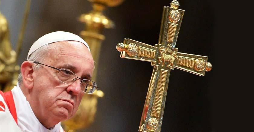 papa francisco en misa con cruz en mano