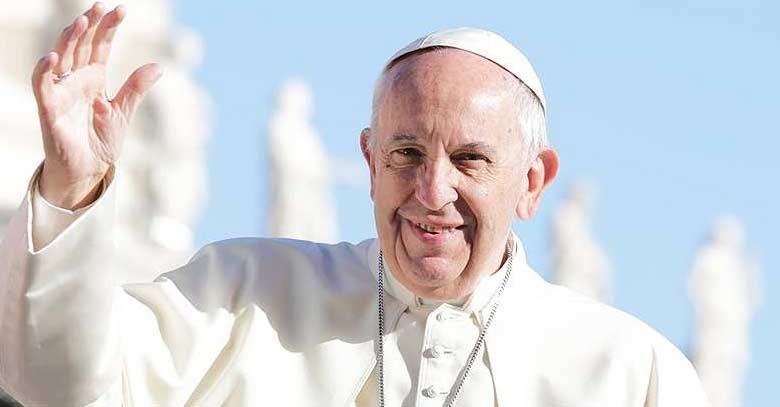 papa francisco en plaza de san pedro fondo azul cielo
