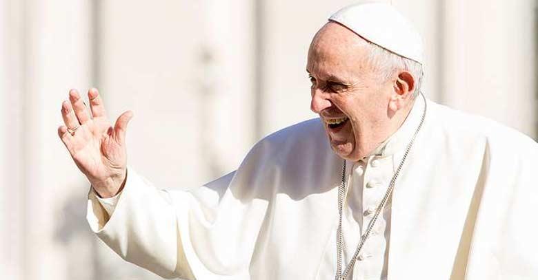 papa francisco en plaza de san pedro sonriendo y saludando