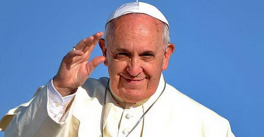 papa francisco fondo azul cielo saludando