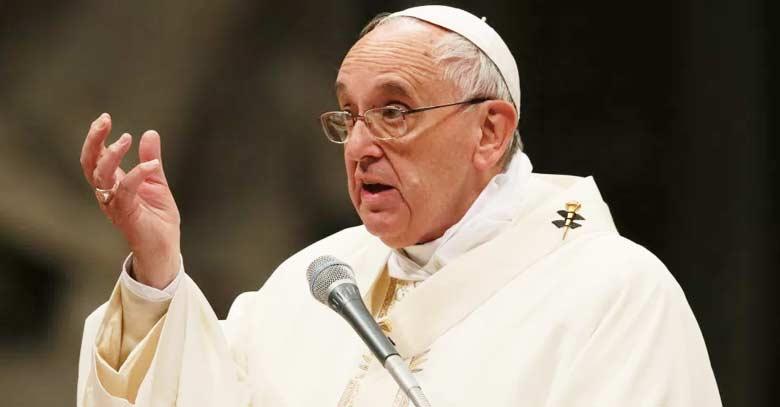 papa francisco fondo negro microfono homilia