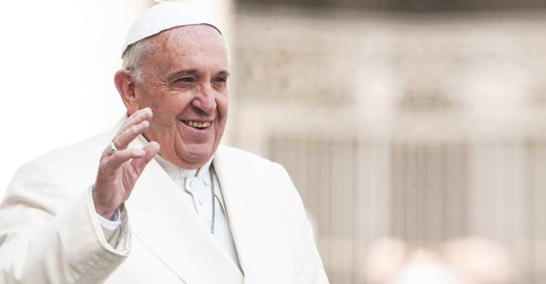 papa francisco fondo plaza de san pedro sonrie y saluda
