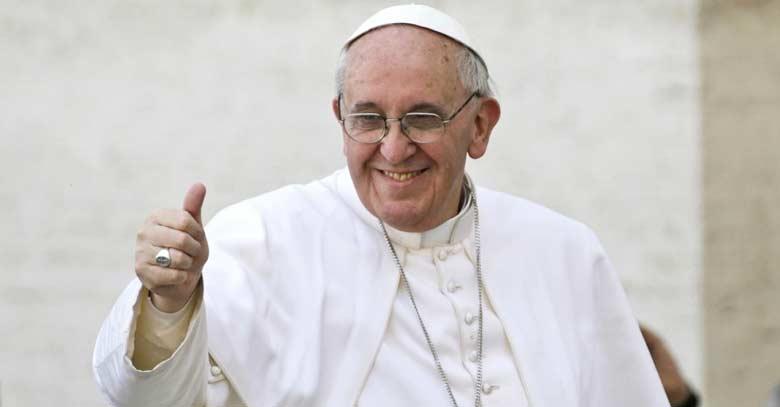papa francisco levanta dedo ok feliz fondo claro