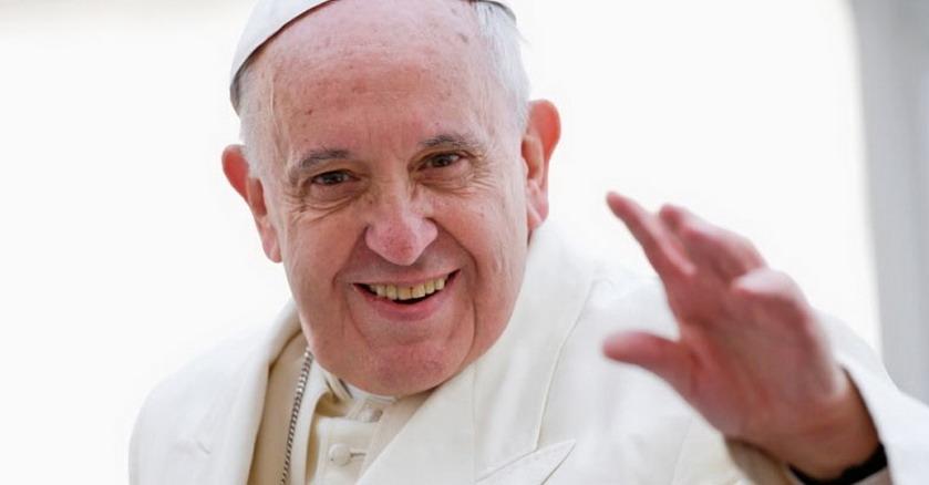 papa francisco levanta su mano y sonrie