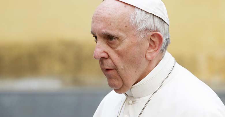 papa francisco mirada lejana serio fondo amarillo claro
