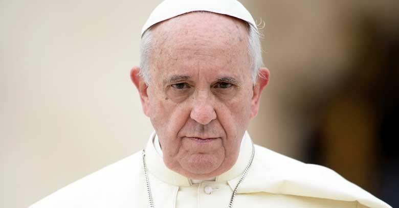 papa francisco mirada seria de frente fondo claro