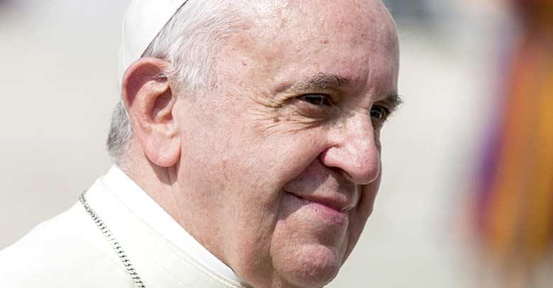 papa francisco mirada seria desde lejos plaza