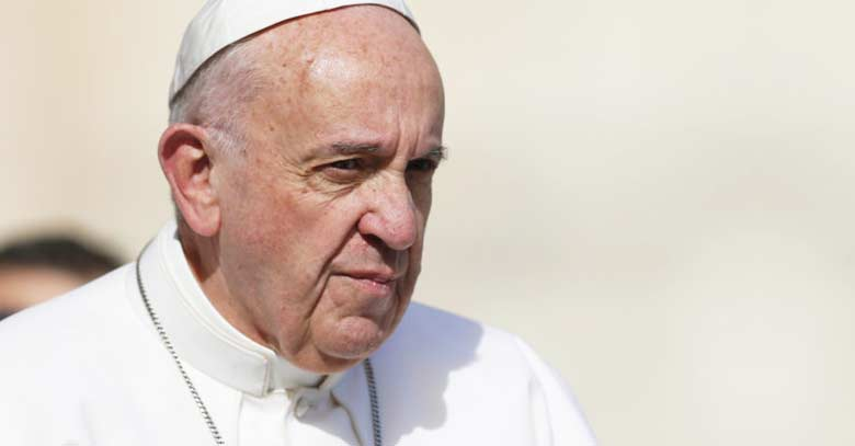 papa francisco mirada seria fondo crema