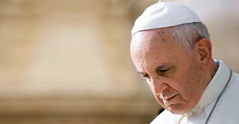 papa francisco mirada triste hacia abajo